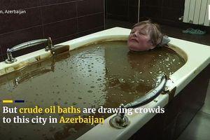 Kỳ lạ: Tắm bằng dầu thô để thư giãn và trị bệnh