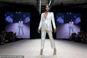 Naomi Campbell tự tin diện vest không nội y ở tuổi U50, gây 'náo loạn' sàn diễn