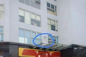 Hà Nội: Một cháu bé rơi từ tầng 11 xuống đất vẫn đang nguy kịch
