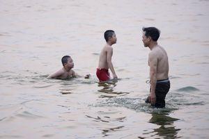 Nắng nóng đầu mùa lên đến 37 độ C, người Hà Nội cùng thú cưng đổ ra hồ tắm giải nhiệt