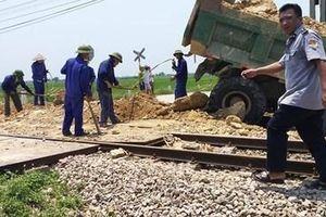 Nghệ An: Xe chở đất bị tàu hỏa húc văng, tài xế tử vong tại chỗ