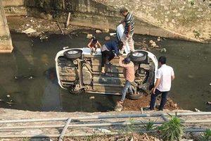 Hà Nội: Ô tô con mất lái lao xuống mương nước đen ngòm