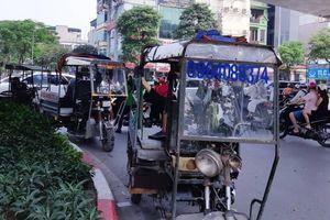 Chùm ảnh: Xe ba bánh lập chốt, nghênh ngang đường phố Hà Nội