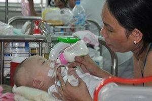 Hơn 1.000 trẻ miền Tây mắc bệnh liên quan đến hô hấp và tiêu hóa mỗi ngày