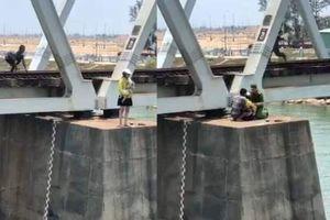 Giải cứu một phụ nữ trẻ ôm con nhỏ định nhảy xuống sông tự tử