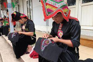 Vẻ đẹp tình yêu trong chiếc khăn Piêu của phụ nữ Thái đen
