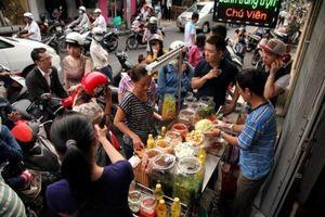 Giới trẻ Sài Gòn 'rồng rắn' mua bánh tráng trộn ở phố ăn vặt nổi tiếng