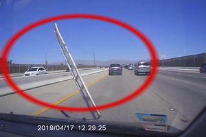 Ôtô bất ngờ bị 'vật thể lạ' va vào kính chắn gió