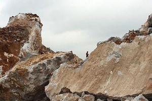 Hàng trăm người thức trắng đêm tìm thi thể công nhân bị đá vùi lấp