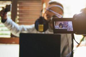 Youtuber, kinh doanh qua mạng xã hội có là nghề 'ngồi mát ăn bát vàng'?
