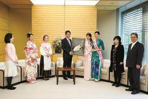 Hai đại sứ Hoa anh đào diện kiến lãnh đạo Nhật cao cấp nhất
