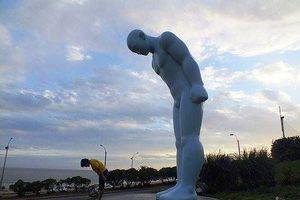 Tượng 'Người đàn ông cúi chào': Nude vô tội?