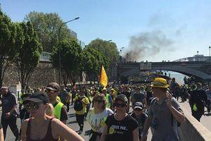 Phe Áo vàng tuần hành, khói lửa lại xuất hiện trên đường phố Paris