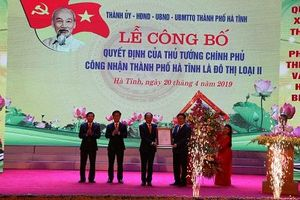 Trao quyết định của Thủ tướng Chính phủ công nhận đô thị loại 2 cho thành phố Hà Tĩnh