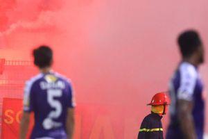 VFF làm việc với ban tổ chức V.League về vụ CĐV đốt pháo sáng