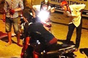 Điều tra vụ người đàn ông bị đâm gục trên xe máy sau va chạm giao thông