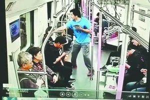 Làm quen không được, người đàn ông đấm vào mặt cô gái ngay trên tàu