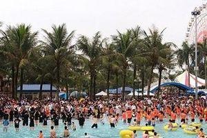 Hơn 10.000 người đổ về Công viên nước Hồ Tây giải nhiệt