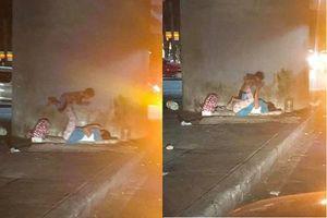 Khoảnh khắc 2 mẹ con vô gia cư vô tư chơi trò 'cần cẩu' dưới gầm cầu gây sốt mạng xã hội