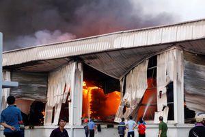 Đang cháy lớn công ty gỗ ở Bình Dương