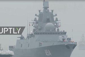 Khinh hạm Đô đốc Groshkov của Nga tiến vào Thanh Đảo, Trung Quốc