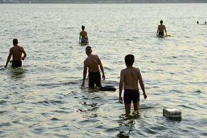 Nắng nóng đầu mùa, người dân Hà Nội đổ xô đi tắm Hồ Tây 'giải nhiệt'