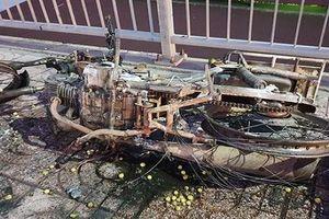 Xe máy cháy trơ khung trên cầu Bình Lợi