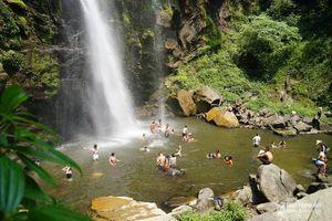 Người dân đổ xô đến sông Giăng - Pù Mát tránh nóng