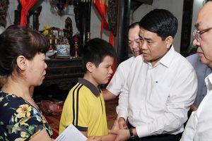 Chủ tịch Hà Nội thăm gia đình nữ lao công bị tai nạn ở đường Láng