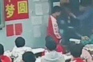 Thầy giáo đạp đánh học sinh tới tấp trên bục giảng, lý do khiến nhiều người phẫn nộ hơn