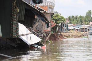 Đang ngủ, bất ngờ nhà bị nhấn chìm xuống sông