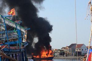 Tàu cá bất ngờ bốc cháy tại cảng cá Lạch Quèn (Nghệ An)