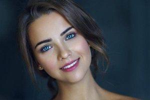 Hot girl Nga nổi bật nhờ đôi mắt xanh và thân hình gợi cảm