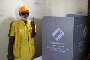 Vì một tu sĩ trông đền, quan chức Ấn Độ lặn lội vào rừng lấy phiếu bầu