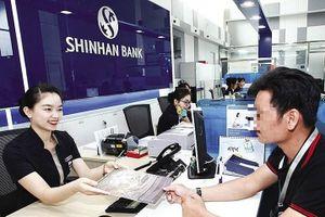 'Bốc hơi' 45 triệu trong thẻ, Shinhan Bank yêu cầu khách trả 5% phí