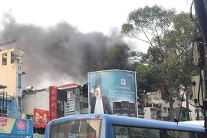 Cháy nhà 5 tầng, giao thông khu trung tâm Sài Gòn tê liệt