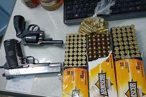 TPHCM: Bắt giữ thanh niên mang 2 khẩu súng quân dụng và 178 viên đạn