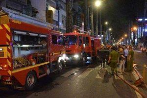 Cảnh sát kịp thời cứu 3 đứa trẻ trong căn nhà bốc cháy dữ dội