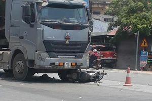 Dừng chờ đèn đỏ, 2 người đi xe máy bị xe ben tông nhập viện ở Vĩnh Phúc