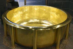 Bồn tắm bằng vàng 18 carat nặng nhất thế giới ở Nhật Bản