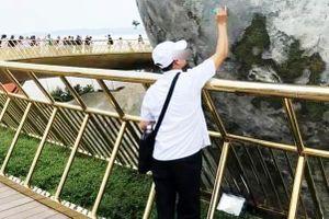 Cầu Vàng Đà Nẵng bị vẽ bậy, nhân viên phải sơn sửa lại