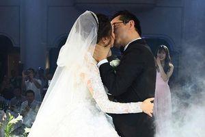 NSND Trung Hiếu hôn đắm đuối vợ trẻ trong lễ cưới