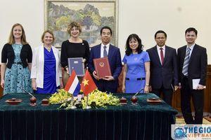 Việt Nam - Hà Lan ký hiệp định thân nhân thành viên CQĐD, cơ quan lãnh sự làm việc có thu nhập