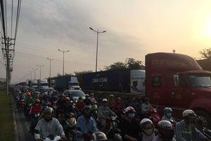 Cửa ngõ Sài Gòn kẹt xe từ sáng đến chiều trước kỳ nghỉ lễ 30/4 và 1/5