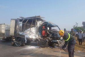Xe container va chạm với ô tô tải rồi đâm sập nhà dân