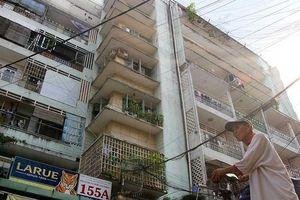 Ông Đoàn Ngọc Hải thuyết phục dân rời chung cư sắp sập