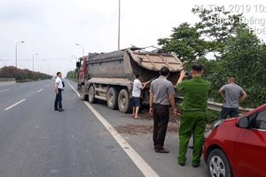 Tóm gọn xe tải làm rơi vãi bùn đất trên tuyến Đại lộ Thăng Long