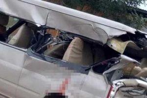 Xe 16 chỗ va chạm kinh hoàng với xe tải, nhiều người thương vong