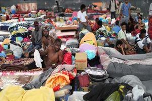 Người di cư và tị nạn rời khỏi trung tâm giam giữ đang gặp nguy hiểm tại Libya
