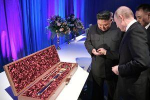 Tổng thống Putin và Chủ tịch Kim Jong-un tặng nhau kiếm báu